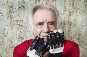Después de 20 años sin poder usar el piano, Joäo Carlos Martins pudo volver a tocar gracias a unos guantes biónicos
